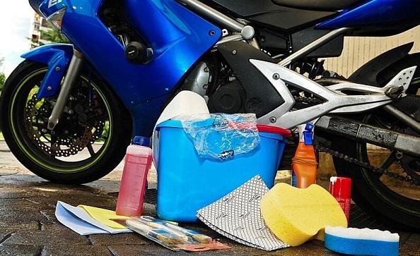 limpieza con productos moto